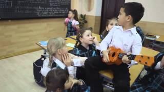 малой прикольно поет)