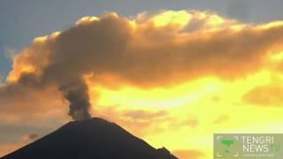Извержение вулкана Попокатепетль в Мексике сняли на видео(Действующий вулкан под названием Попокатепетль в Мексике выбросил столб дыма и пепла высотой около 2,5 кило..., 2015-10-08T07:47:50.000Z)