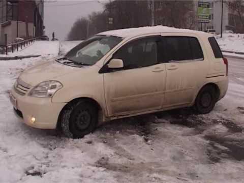Спуск с улицы Енисейская на время превратился в ледяную горку для авто
