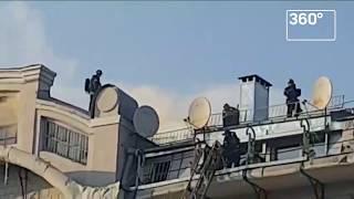В центре Москвы горит крыша здания