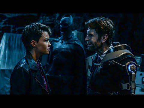 Брюс Уэйн нападает на Супергёрл