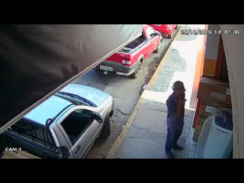 Homem pega aparelho de TV de loja e sai correndo no centro de Patos. Vídeo