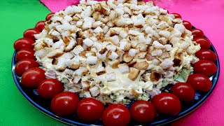 Слоеный салат с копченой куриной грудкой, сыром и сухариками