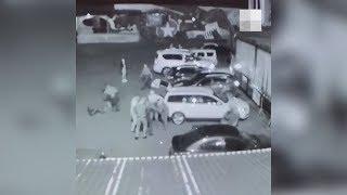 Бухие клиенты клуба избивают охранника. Real video