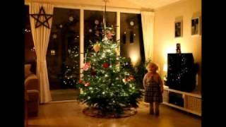 Laura går om juletræet og synger