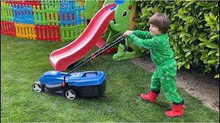 Çim biçme makinesi yerdeki yaprakları yutuyor.Fatih Selim çalışıyor