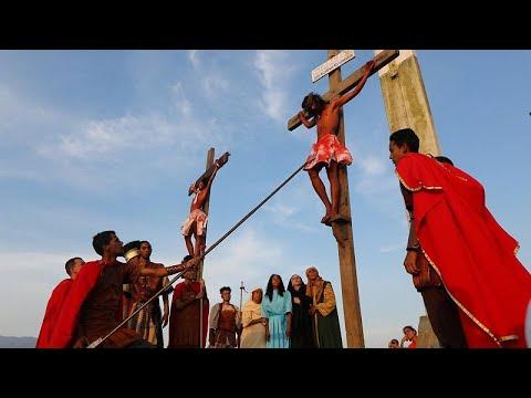 شاهد: الفنزويليون يحاكون صلب المسيح