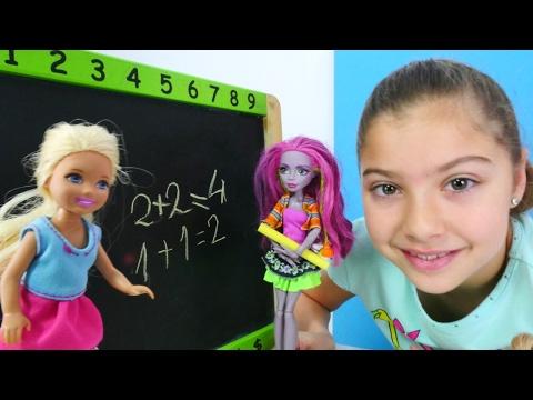 Barbie ailesi ile oynuyoruz. Okul oyunu