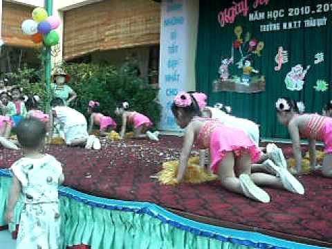 Lê Nguyễn Minh Thảo múa trong ngày hội đến trường mầm non thị trấn Trâu Quỳ