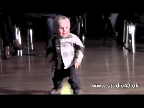 Cậu bé 2 tuổi nhảy jive điệu nghệ