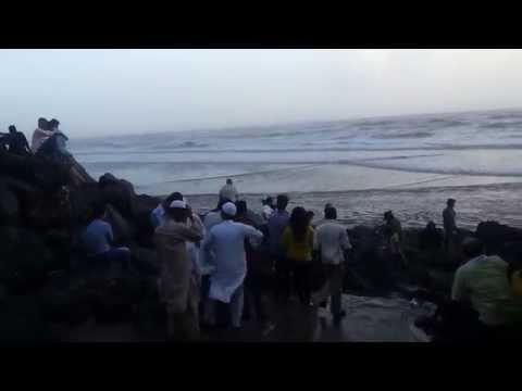 Mumbai samudra me tufaani laher
