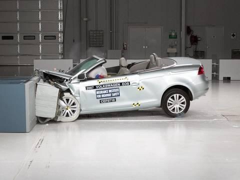 2007 Volkswagen Eos moderate overlap IIHS crash test