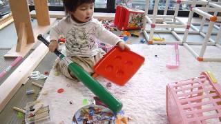 小さいおもちゃを欲しがって、まき散らかさないと気が済まないらしいで...