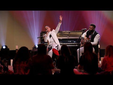 Alicia Keys' Intimate Performance of 'Underdog'