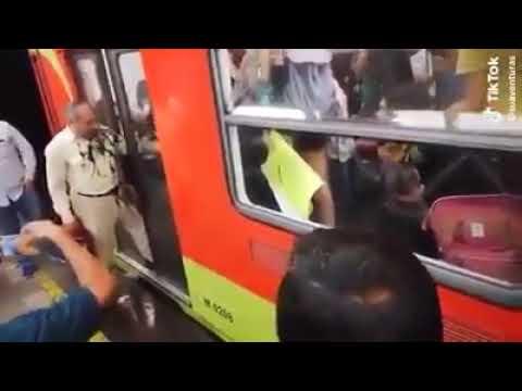Feministas golpean y ensucian a abuelito que intentaba entrar al metro