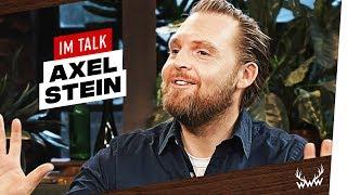 Zapętlaj JP Performance, Rolle als Autist, Promis im Handy uvm. | Axel Stein im Talk | World Wide Wohnzimmer