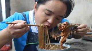 苗大姐家中秋团圆,大锅煮大鹅,再来红薯粉,放肆的吃
