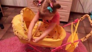 Элина играет с новой коляской