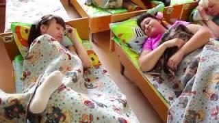 Взрослые родители провели день в детском саду. Клип. 2018