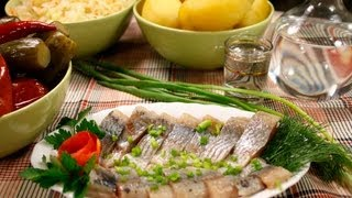 Сельдь слабосолёная видео рецепт(На странице http://za100le.ru/item/salted-herring.html Вас ждут подробные фото и пропорции этого рецепта., 2012-11-04T19:10:36.000Z)