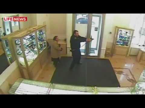 видео: В Москве охранник ювелирного задержал грабителей