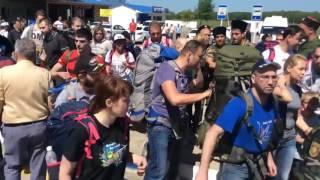 Навальный и его провокаторы начали драку с казаками в Анапе Первый удар 17 05 2016