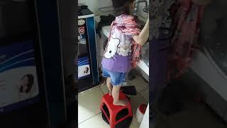 Bé hoài An 3 tuổi giúp mẹ rửa bát