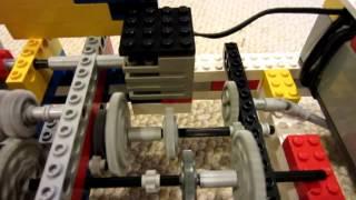 Автомобіль Лего з функціонуванням 3-ступінчастою механічною коробкою передач зі зчепленням і реверс
