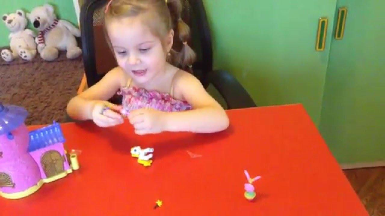 Девочка папа играют в игрушки видео
