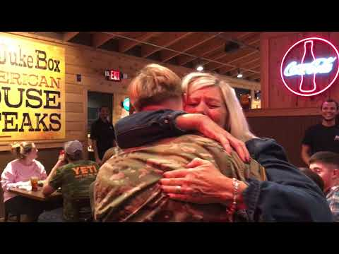 Soldier surprises Mom for Christmas