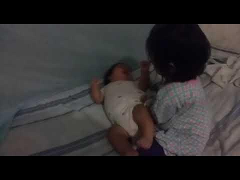 Video chistoso niña cojiendo a una bebe