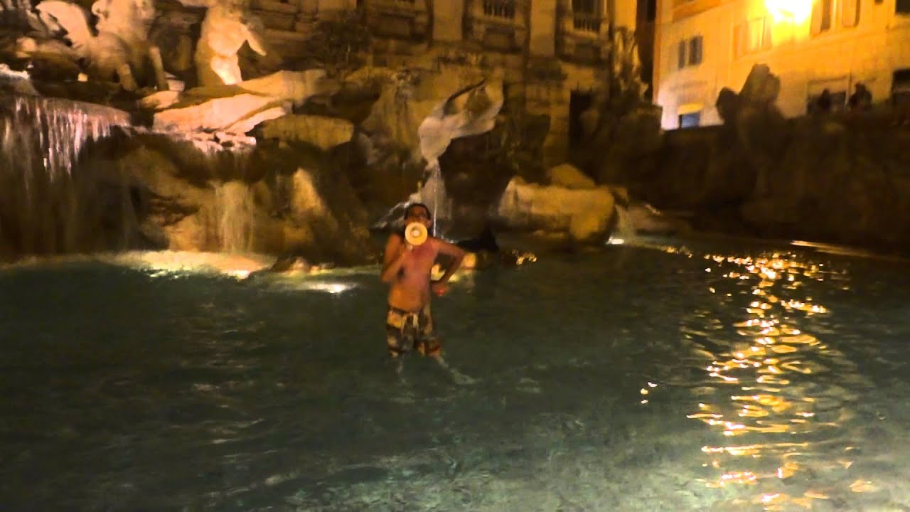 Gabriele paolini strip e bagno in fontana di trevi video gossip youtube - Bagno fontana di trevi ...