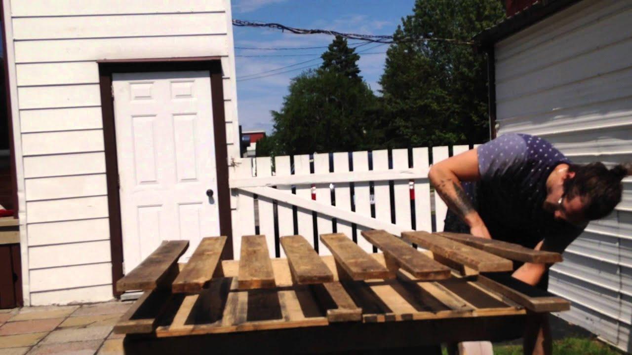 comment d monter une palette de bois youtube. Black Bedroom Furniture Sets. Home Design Ideas