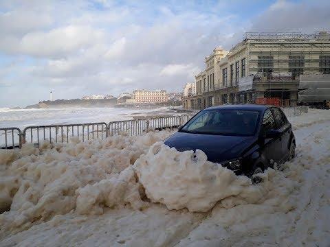 Impressionnantes vagues de mousse à Biarritz