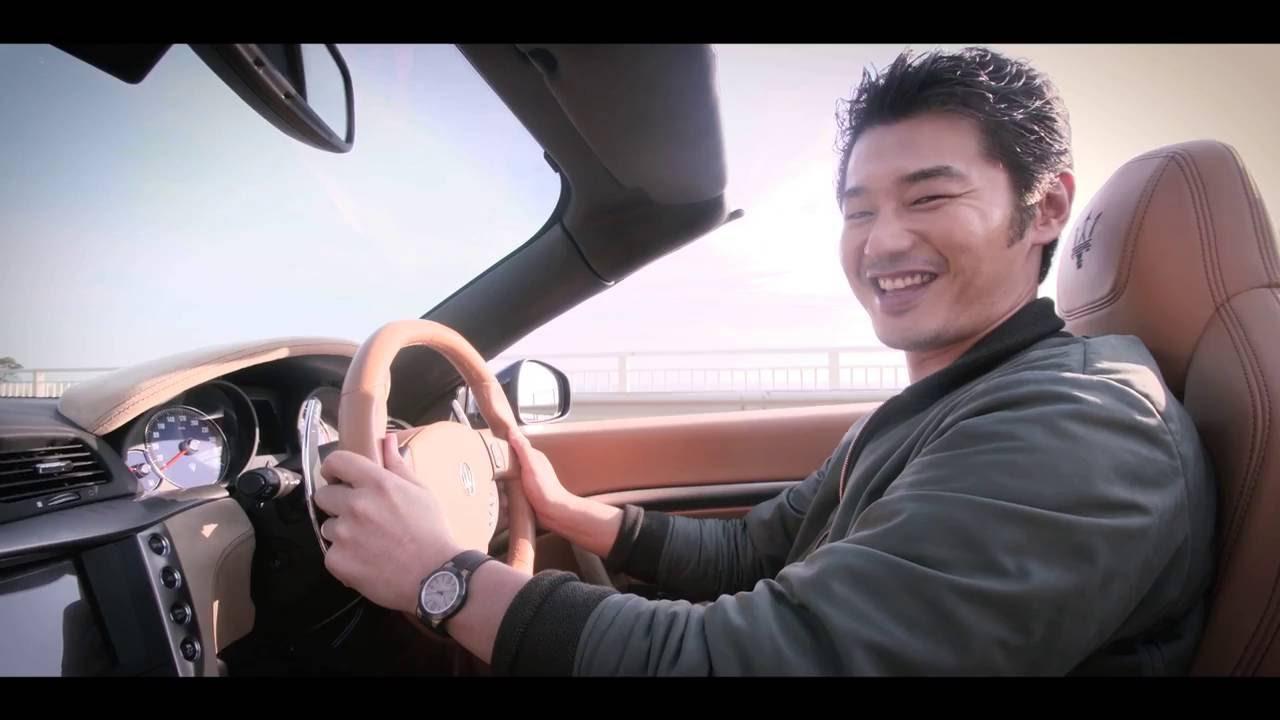 車を運転する平山浩行