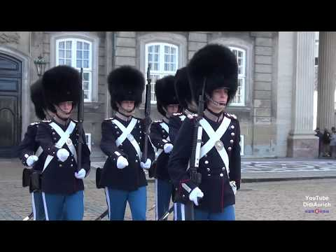 kongelige-livgarde-wachablösung-schloss-amalienborg-dänemark-königliche-leibgarde-in-kopenhagen