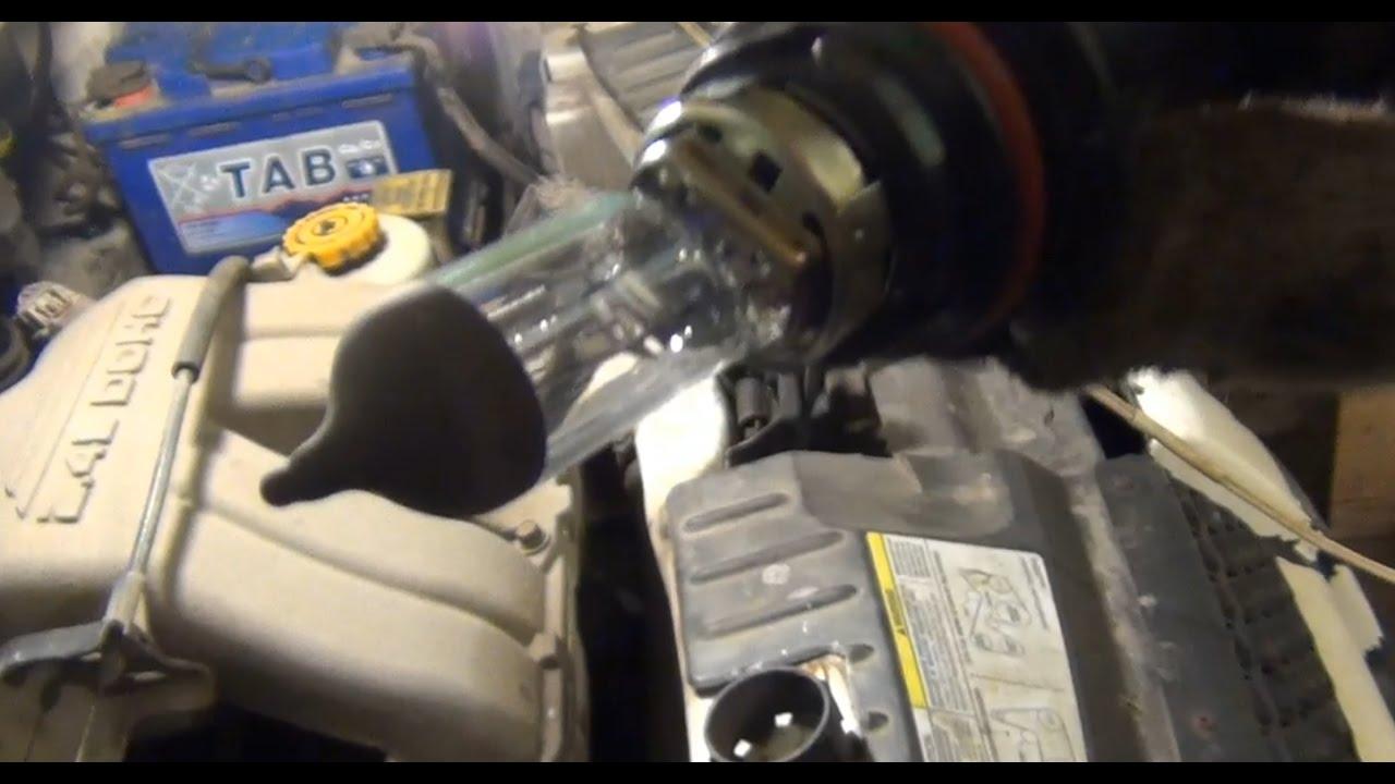 Замена лампы ближнего / дальнего света цоколь НВ5 (9007) на Dodge - Caravan