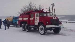 Вінницька обл. смт.Піщанка. Рятувальники визволяють із снігового замету автомобілі.