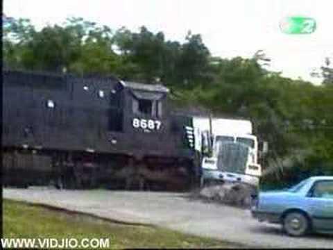 Smashing Car Wallpaper Train Vs Big Rig Truck Accident Youtube