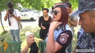 Ermənistanda qadın polis vətəndaşı zorla bölməyə aparır