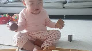 [9개월 아기 장난감]생후 9개월 아기 나무블럭 가지고…