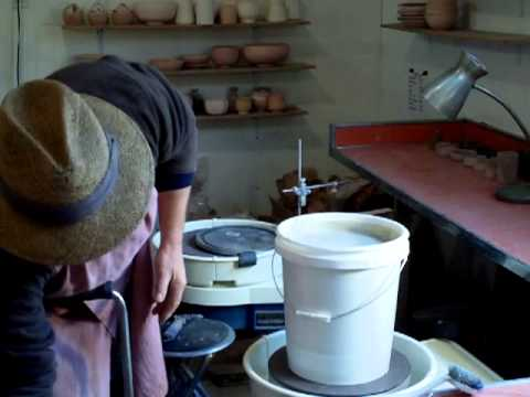 SIMON LEACH POTTERY - Tips for bat washing and glaze sieving!