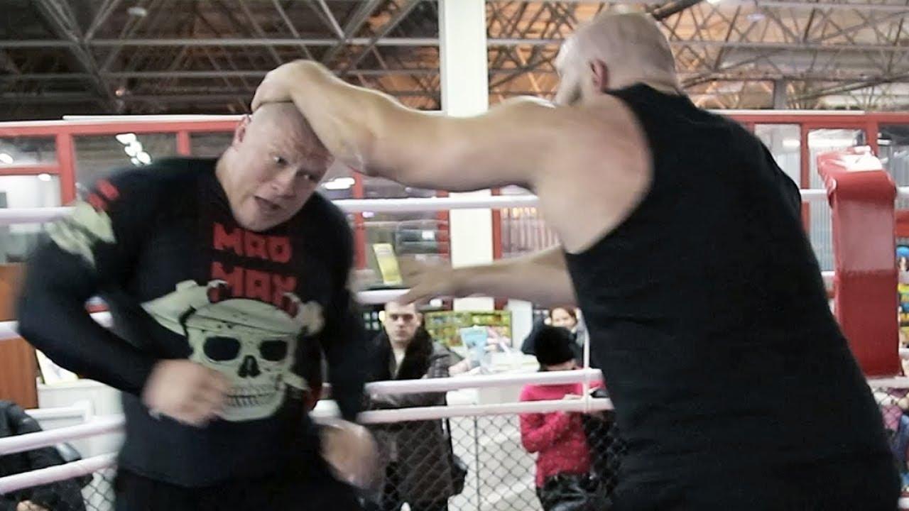Боец Максим Новоселов показал здоровому качку его место