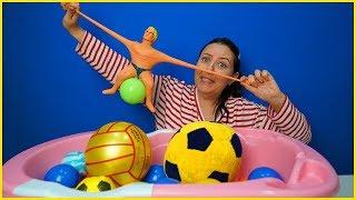 STRECH ARMSTRONG RENKLİ TOP HAVUZUNDA l Özlem Pretend Play Stretch Armstrong in Ball Pit
