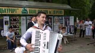 В  Трускавецком  курортном парке звучит  акордеон.