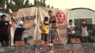 カラテカワラ公式サイトはコチラ http://karatekawara.com/?14.7.26a 慶野松原の花火大会のイベントで、海水浴に来ていた女性が瓦割りにチャレンジです。誰でも空手家 ...