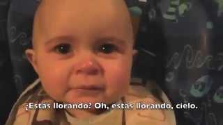 Bebé se emociona al oír cantar a su mamá