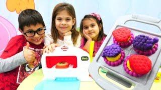 Play Doh Sihirli Fırın. Fındık ailesi cupcake yapmış
