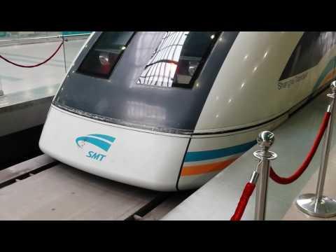 Starting Maglev train in Shanghai (China) - Ruszający pociąg Maglev