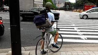 도쿄의 자전거 배달 아르바이트생